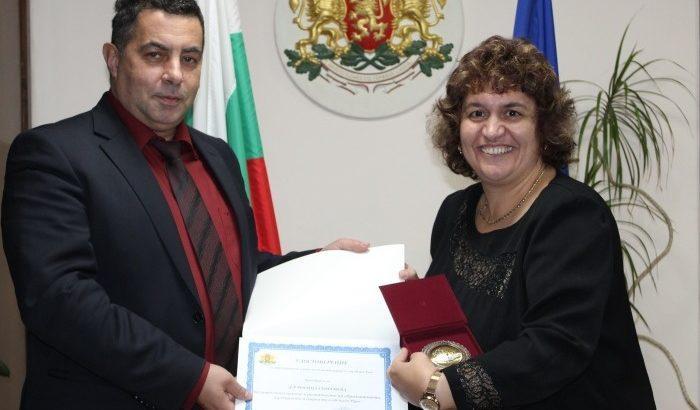 Областният управител удостои с плакет началника на РУО - Русе д-р Росица Георгиева