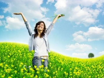 щастлива жена поле цветя