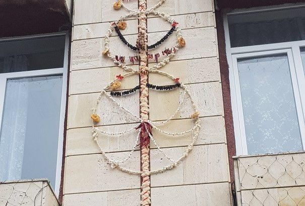 Сурвакница с дължина 4,30 метра украсява кметството в Новград