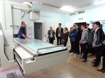 """Ученици посетиха отделение Образна диагностика на УМБАЛ """"Канев"""" по случай Международния ден на медицинската физика"""