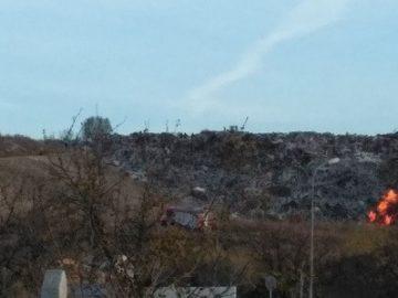 Гори регионалното депо за отпадъци в Русе, огънят все още не може да бъде потушен