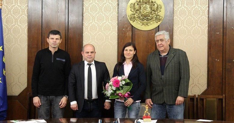 Вицесветовната шампионка по бокс Стойка Петрова с награда от кмета на Община Русе