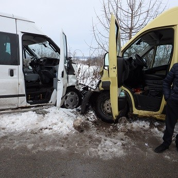 Две ученички пострадаха при удар на автобус в бус на пътя между Пиперково и Джулюница