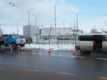 """Монтирани са нови оградни пана при кръговото кръстовище пред """"Арена Монбат"""""""