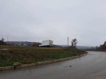 Камион се качи върху кръговото кръстовище в Бяла