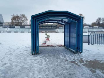 Служители на Спортни имоти обещаха теренът на Градски стадион да е разчистен