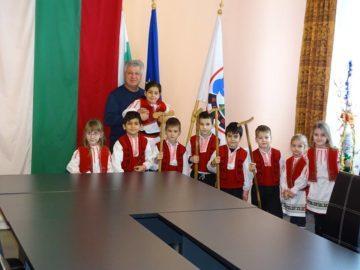 Малки коледари гостуваха в Община Борово