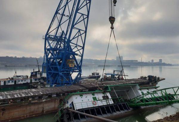 "Русенският плаващ кран ""Титан"" вдигна потънал понтон на гюргевското пристанище"