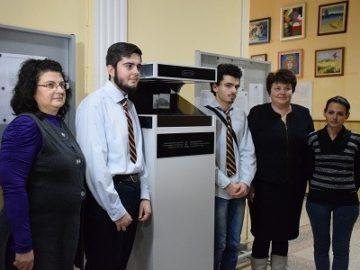 Холограмна пирамида представиха по проект в ПГИУ - Русе