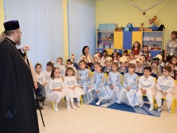 """Русенският митрополит Наум гостува на децата от ДГ """"Пинокио"""""""