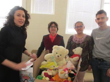 Деца даряват на деца за Коледа!