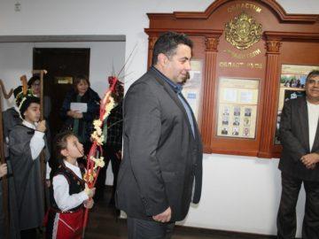 """Коледари и сурвакари от ОУ """"Христо Смирненски"""" гостуваха на областния управител"""