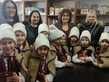 """Коледари от СУ """"Й. Йовков"""" наричаха за здраве в РУО - Русе"""