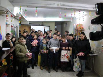"""Ученици от Семерджиево изненадаха с подаръци деца в неравностойно социално положение от център """"Том Сойер"""""""