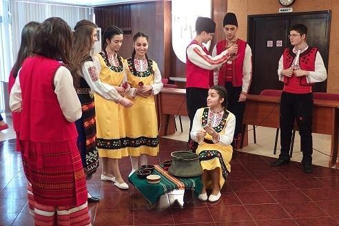 """Обичаят """"Ладуване"""" пресъздадоха ученици от МГ """"Баба Тонка""""-Русе"""
