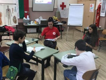 БЧК - Русе започна обучението на шестокласиците от ученическите екипи по първа помощ