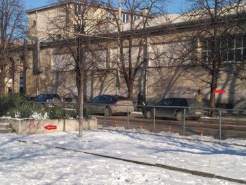 Нови драсканици върху фасадата на Градските хали след почистването вчера