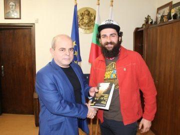 """Кметът Пламен Стоилов връчи златна значка """"Русе"""" на пътешественика Петър Ванев"""
