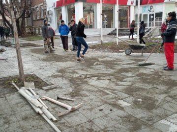 "Посред зима започна ремонт на тротоара по ул. ""Борисова"""