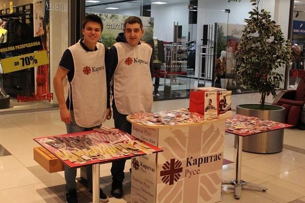 """Доброволци от Центъра за обществена подкрепа """"Том Сойер"""" към Каритас Русе проведоха благотворителна акция в Mall Russe"""
