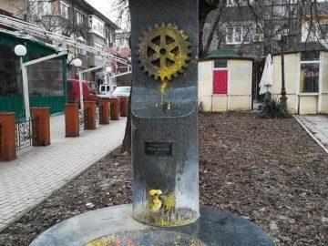 Омацаха с боя чешмата пред русенските Градски хали