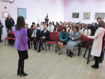 """Еврокомисар Мария Габриел гостува на младши посланици от АЕГ """"Гео Милев"""""""
