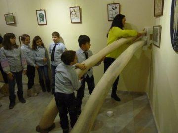 Русенски деца направиха колиба от макети на мамутски кости