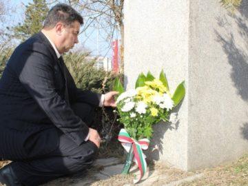 Областният управител поднесе цветя пред паметника на Гоце Делчев