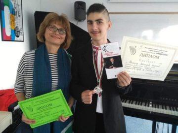 Възпитаничка на НУИ - Русе дари пиано на осмокласник