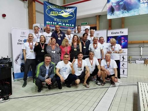 """Впечатляващо представяне на ветераните плувци на """"Ирис""""-Русе на международен турнир в Брашов"""