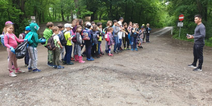 "50 деца от Букурещ почистиха Природен парк ""Комана"""