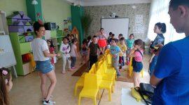 Доброволци от Младежки парламент посещават русенски детски градини