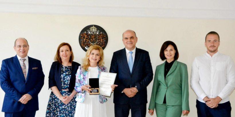 Народният представител Светлана Ангелова получи първия плакет на Министерството на труда и социалната политика