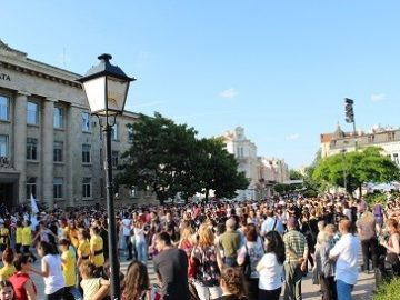 Осем фолклорни състава танцуваха в центъра на Русе