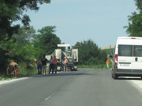 Изграждане на канавки затруднява движението по пътя Ценово - Пиперково