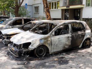 """Вероятно късо съединение е предизвикало пожара на автомобили пред блок """"Тодор Койнов"""""""