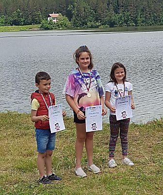 """Две ученички от ОУ """"Иван Вазов"""" - Русе със златен и сребърен медал от републиканското по корабомоделен спорт"""