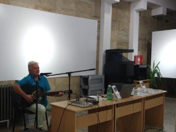 """С новия си поетичен сборник - """"Концерт за славей и валдхорна"""" ни срещна поетът-бард Ивайло Диманов"""
