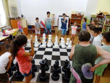 """Разходка по черно - белите полета с участниците във втора група на """"Играем и учим руски език"""""""