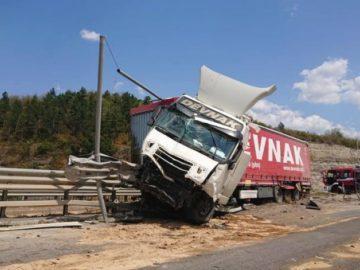 Турски камион премина кръговото кръстовище до Бяла, но мантинела го спря преди реката