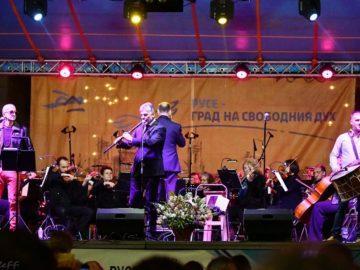 """Русенци отбелязаха Деня на независимостта с премиерата на концерта """"Симфонично с Дони и Нети"""""""
