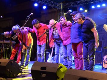 """Многобройни фенове пяха песни на """"Щурците"""" в центъра на Русе"""