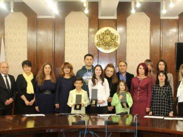 """Кметът Пламен Стоилов отличи трима млади русенци с награда """"Русе - 21 век"""""""