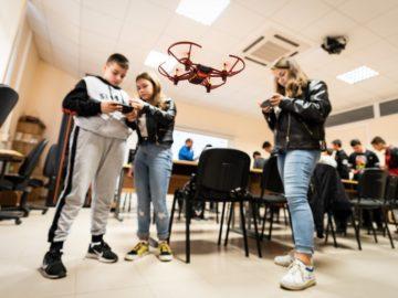 """Ученици от СУ """"В. Левски"""" - Русе се учиха как да програмират дронове"""