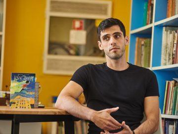 """Месец след официалното откриване на първите COOL библиотеки в София, Пловдив и Русе кампанията Spirit Трансформации – Cool Библиотеки продължава да изненадва и вдъхновява – този път с """"Час по вдъхновение!"""" Първи в необичайния час влязоха учениците от 90 СУ """"Ген. Хосе Де сан Мартин"""", за да се срещнат с писателя и автор на """"Българите. Забравените постижения"""" – Делян Момчилов. Вдъхновението не се забави и бързо-бързо пристигна с любопитни истории и факти, разказани от автора: за най-голямата статуя на Леонардо да Винчи в Италия – дело на български скулптор, за залив в Антарктида, кръстен на българина Асен Йорданов, за българската следа в кацането на луната и още куп любопитни и вдъхновяващи истории за бележитите българи! Децата от 1-во ОУ """"Отец Паисий"""" в Русе посрещнаха писателя Милен Хальов с рисунки по книгата му """"Кало Змея"""" и разбира се, получиха и автографи! Макар и малки, вдъхновението им бе достатъчно голямо и малките ученици бързо влязоха в ролята на съавтори на младия писател с предложения за сюжети и нови приключения на момчето със супер сили – Кало Змея... А след тази среща и Милен Хальов си тръгна с вдъхновение за ново книжно приключение! Учениците от ПГХТТ – Пловдив се потопиха в тайните на фентъзито заедно с автора на трилогията """"Софийски магьосници"""" Мартин Колев и съвместно създадоха кратък фентъзи разказ за магичните места в Пловдив. Оказа се, че когато има """"Час по вдъхновение"""", звънецът няма значение и никой не бърза да си тръгва... Затова и Spirit Трансформации – COOL БИБЛИОТЕКИ продължава с подготовката на нови интересни срещи за следващите """"Часове по вдъхновение!"""" Spirit Трансформации - COOL библиотеки Добра среща за децата и книгите!"""