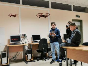 дронове програмиране деца университет
