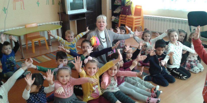 """В Детска градина """"Снежанка"""" екипите за подпомагане на личностно развитие работят с децата, на които се предоставя обща и допълнителна подкрепа с участие на деца – асистенти от трети и четвърти групи. Основна цел на занимателните мероприятия е да се обединят усилия в изграждане на доброжелателност, взаимопомощ, приобщаване, адаптация и интеграция на деца със СОП, билингви, от етнически малцинства и деца с поведенчески и емоционални дефицити. С помощта на психолог и ресурсен учител д-р Е.Русинова, логопед С. Илиева, педагогически специалисти от групите се подготвят креативни образователни ситуации, в които децата прилагат разнообразни конструктивни и изобретателни техники. Обявена е седмица на толерантността, с покана към родителския клуб за взаимопомощ. Част от изобретателните творчески материали са предвидени, като комплимент за екипно взаимодействие и партньорство към РЦПППО."""