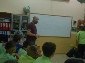 """Учениците от ОУ """"Иван Вазов"""" - Русе се подготвят за дебати с помощта на гл. инспектор П. Ванев"""
