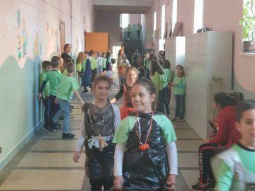 """Модно ревю с дрехи от отпадъчни материали направиха ученици в ОУ """"Иван Вазов"""""""