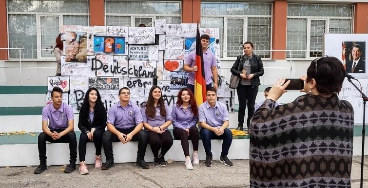 Ученици от СУПНЕ - Русе пресъздадоха падането на Берлинската стена